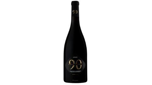 Vere e kuqe, kantine Novantaceppi, Puglia, varietet rrushi Primitivo di Manduria. Ngjyre e kuqe intense ne te cilen ndihen aroma te qershise dhe kumbulles. Vere e mireekuilibruar ne shije e cila shkon perfekt me pjata mishi, 14.5 vol, viti 2018