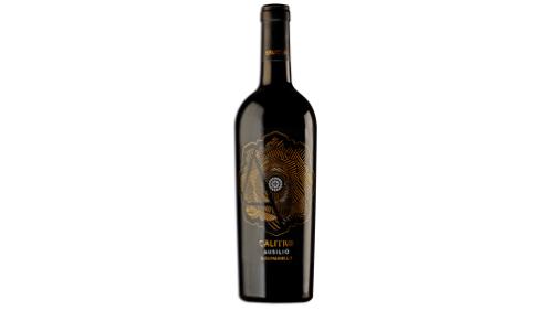 Verë e kuqe nga kantina Calitro, Puglia. 100  varietet Susumaniello. Ngjyre e kuqe e thelle me nuance vjollce. Karakterizohet nga nje arome e gjate frutash te forta, kryesisht te manaferres. Vere me aciditet delikat dhe qendrueshmeri te mirë, 13.5 vol