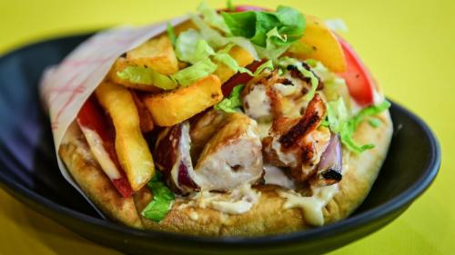 Pita jonë, sos, domate, sallatë, lakër e bardhë me karrota të marinuara, patate