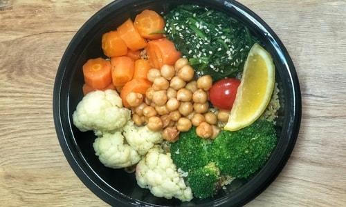 Brokoli, lulelaker, karrotë, spinaq dhe qiqra