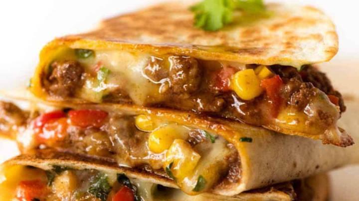Pete meksikane e mbushur me ragu,fasule ,miser e djath chedar