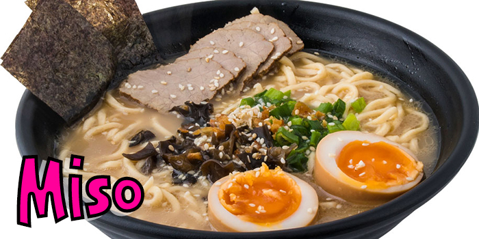 Ramen noodles, Lëng Miso, mish viçi, kërpudha të zeza, vezë, alga deti, hudhra