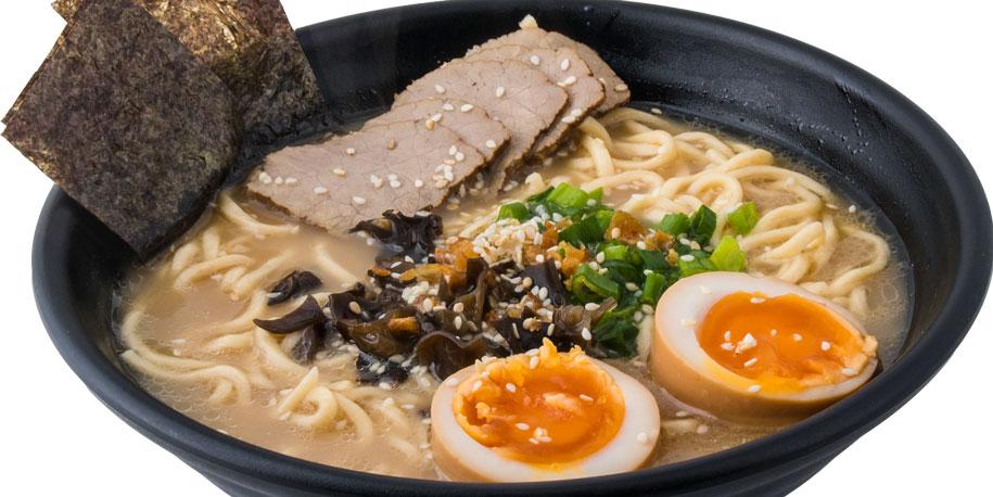 Ramen noodles, lëng tonkotsu, mish viçi, kërpudha të zeza, vezë, alga deti, hudhra
