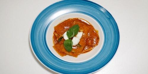Ravioli me domate, mozarella dhe borzilok