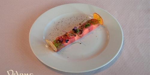 Peshk Ton, domate e thatë dhe frut kaperi