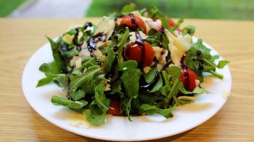 Sallatë rukola, pomodorini, parmixhano