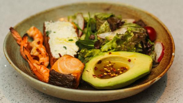 Salmon, karkaleca, avokado, vinegret limoni, buke me rikota, domate qershi, miks jeshilesh
