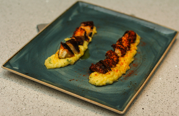 Pure patate, salcë e kuqe e përgatitur në shtëpi, paprika