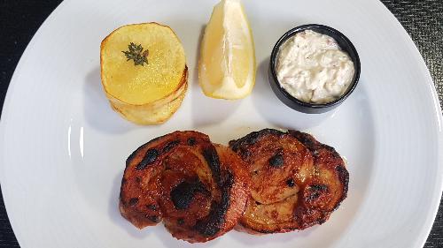 Brinjë viçi e bërë role, e pjekur me salcë barbecue