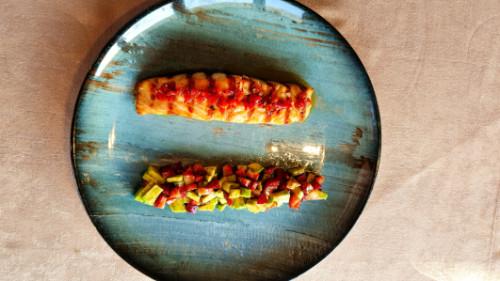 Fileto salmoni me avocado dhe dressing speci të tymosur