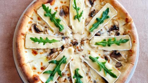 Mozzarella, djathë brie, kërpudha, rukola, vaj tartufi. Shoqërohet me ujë ose coca cola.