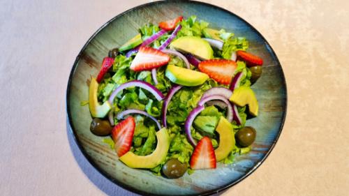 Sallatë jeshile, avokado, fruta të stinës, qepë të kuqe