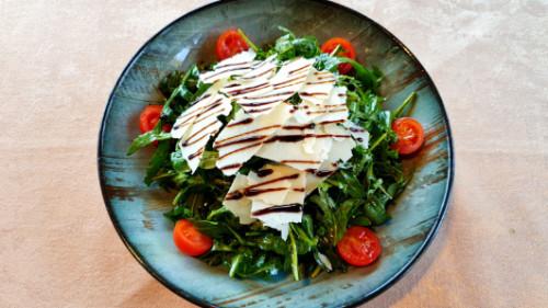 Sallatë me rukola dhe parmigiano
