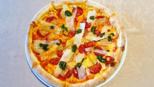 Salcë domate, mozzarella, sallam pikant, ananas, pesto genovese, pecorino romano. Shoqërohet me ujë ose coca cola.