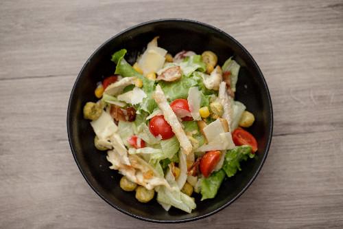 Salcë cezar,fileto pule, misër,kruton,parmixhano,pançetë,sallatë iceberg,sallatë jeshile, vaj ulliri