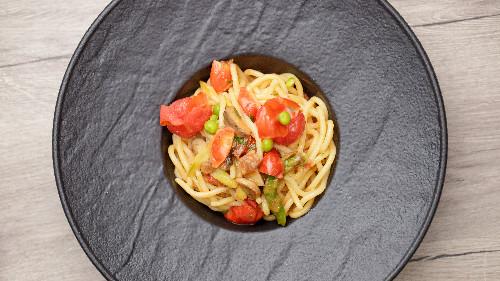 Shampinjon, asparagus, pomodorini, lëng limoni, rrush i thatë ( tagliatellle, linguine, spaghetti, penne, fusili )