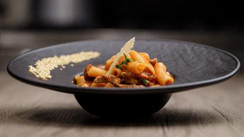 Fileto viçi, qepë, timo, rozmarinë, hudhër, salcë pelati, kaperi, ullinj të zinj ( tagliatellle, linguine, spaghetti, penne, fusili)