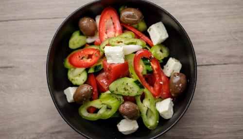 Domate, kastraveca, qepë e njomë, djathë i bardhë, rigon, vaj ulliri