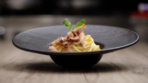 Pançetë, vezë, pana kuzhine, parmixhano  ( tagliatellle, linguine, spaghetti, penne, fusili )