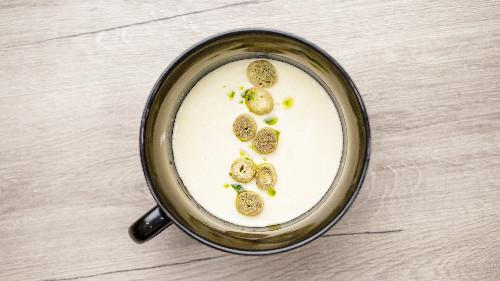 Fileto pule, karrotë, selino,miell, gjalpë, arra moskat , qumësht, vezë