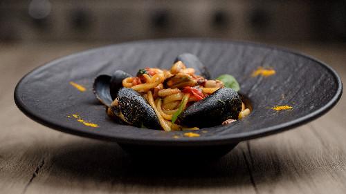 Kallamar, sepie, karkalec, midhje, pomodorini, verë e bardhë, salcë pelati ( tagliatellle, linguine, spaghetti, penne, fusili )