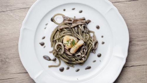 Sepie, kallamar, nero di sepie, domate concasse, verë e bardhë ( tagliatellle, linguine, spaghetti, penne, fusili )