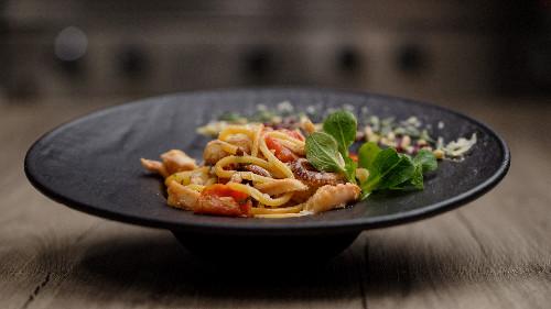 Oktapod, salcë pelati, kaper  ( tagliatellle, linguine, spaghetti, penne, fusili )