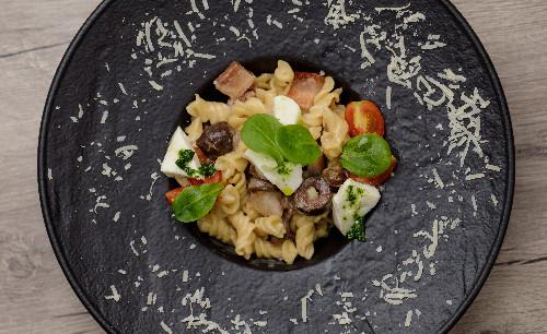 Spek, salcë pelati, ullinj të zinj, mozzarella ( tagliatellle, linguine, spaghetti, penne, fusili )