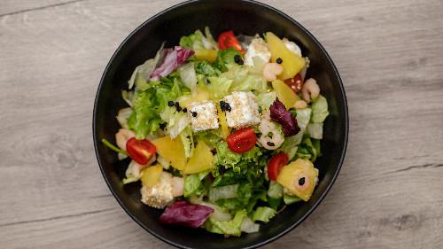 Sallatë rukola, sallatë jeshile, sallatë iceberg, sallatë lola, rrush i thatë, ananas, boronicë, salcë portokalli, karkalec, pomodorini, djathë dhie, sheqer, susam, vaj ulliri