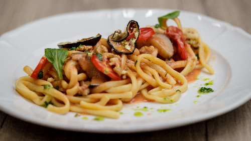 Patëllxhan, arra , pomodorini  ( tagliatellle, linguine, spaghetti, penne, fusili )