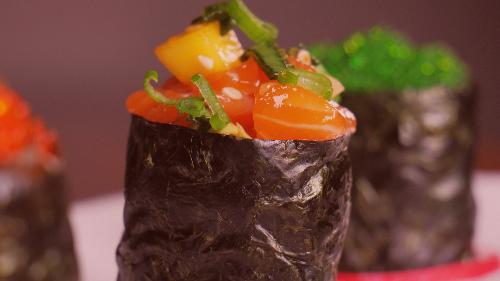 Algë, oriz, salmon i gatuar, qepë e njomë