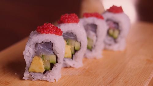 Peshk i bardhë, avokado, kastravec, salcë pikante, haviar