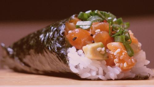 Salmon i gatuar, qepë e njomë