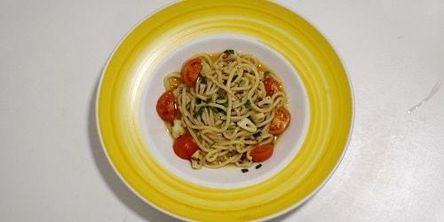 Spaghetti me vaj ulliri, hudhër dhe spec të kuq djegës