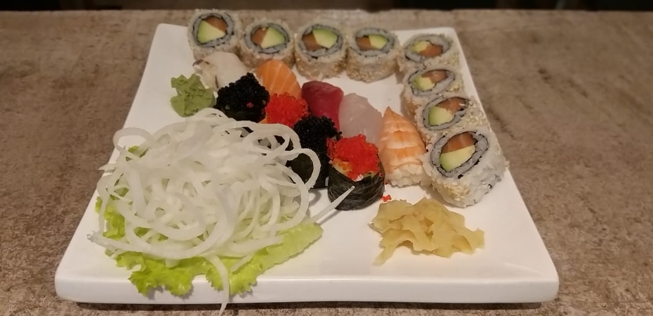 8 pieces salmon avocado filled sushi, 5 nigiri, 4 gunkan sushi
