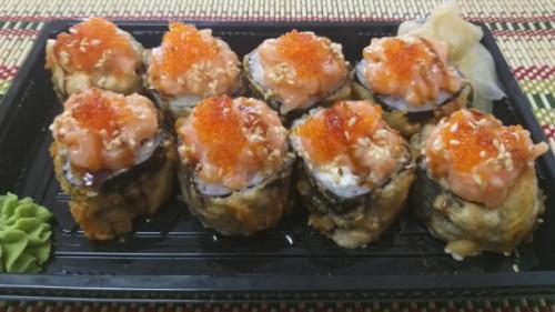 Tempura roll, salmon, avokado, haviar