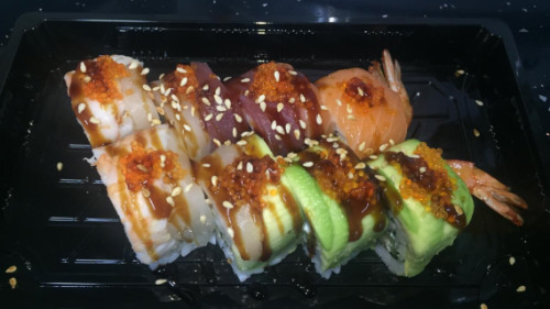 Karkalec tempura, avokado, salmon, ton, karkalec i zier, salcë unagi, haviar, susam