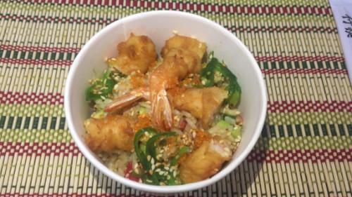 Karkalec tempura, gaforre, avokado, kastravec, qepë e njomë, oriz, salcë chef, susam