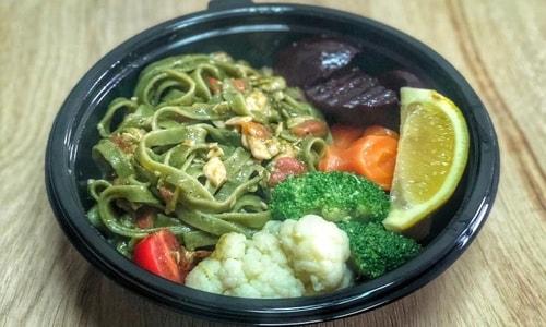 Tagliatelle me salmon, pomodorini dhe pesto borziloku, dhe perime të zjera
