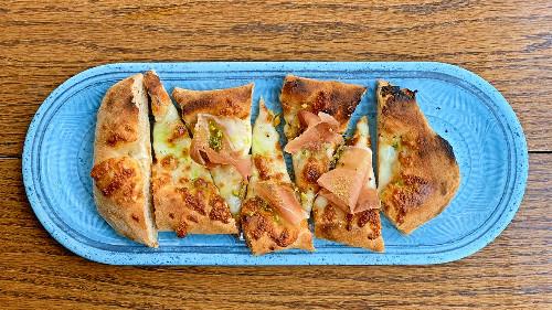 Brumë integral me kurkuma, mortadelë bolonjeze, pistachio dhe vaj borziloku