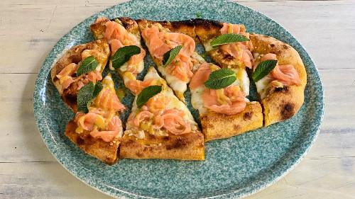 Brumë integral me kurkuma, salmon i tymosur, erba cipolina, salcë mustardë dijon dhe mjaltë