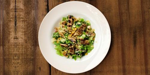 Sallatë jeshile, fileto pule, misër, rukola, pomodorini, grana padana