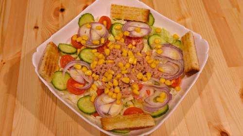 Sallatë mikse, pomodorini, ton, misër, kastravec, qepë e kuqe