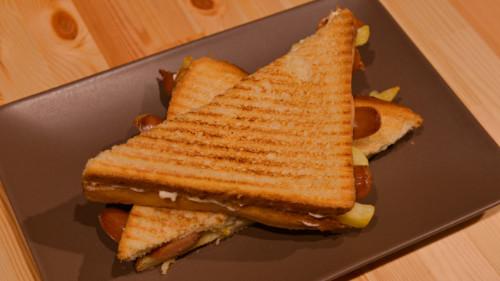 Wurstel, patate të skuqura, majonezë ( zgjidhni toast normal ose integral )