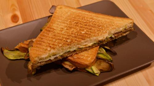Krem ulliri, patëllxhan, kungull zgare, provola, sallatë ( zgjidhni toast normal ose integral )