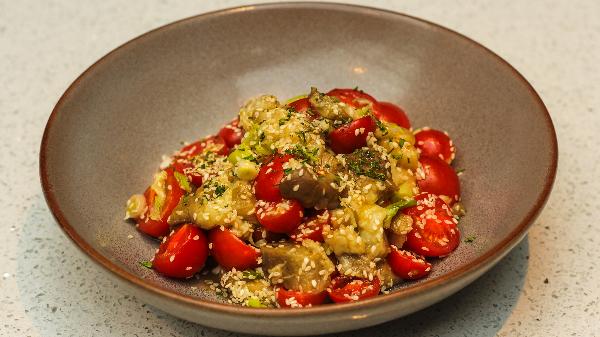 Patëllxhan i pjekur, domate, qershi, salcë xhinxher soja