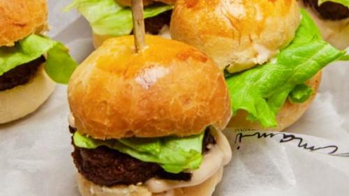Mini burger me mish viçi umami
