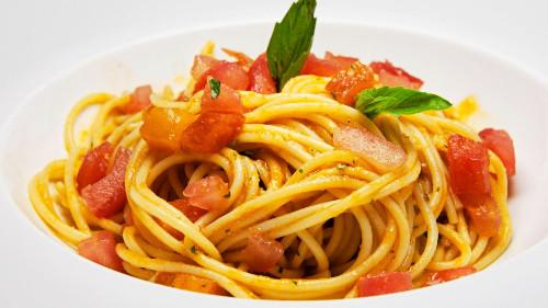 Spaghetti me domate të freskëta dhe borzilok