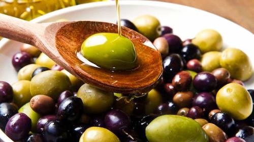 Sallatë me ullinj grek kalamon, vaj ulliri dhe limon