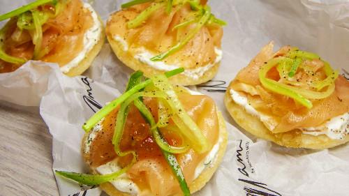 Tapaps me salmon të tymosur nga umami, krem fresh, lime dhe kastraveca zhulien